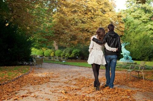pareja paseando en un parque