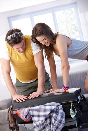pareja haciendo la maleta