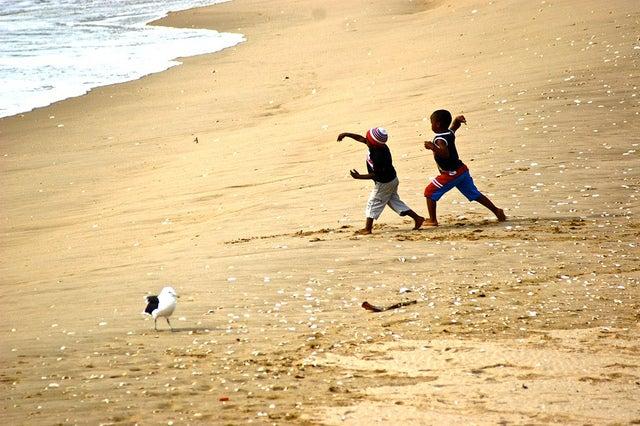 niños en la playa de Plettenberg Bay