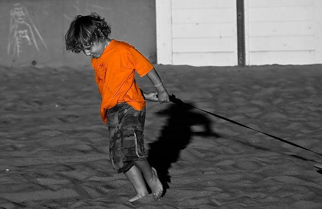 niño vestido de naranaa