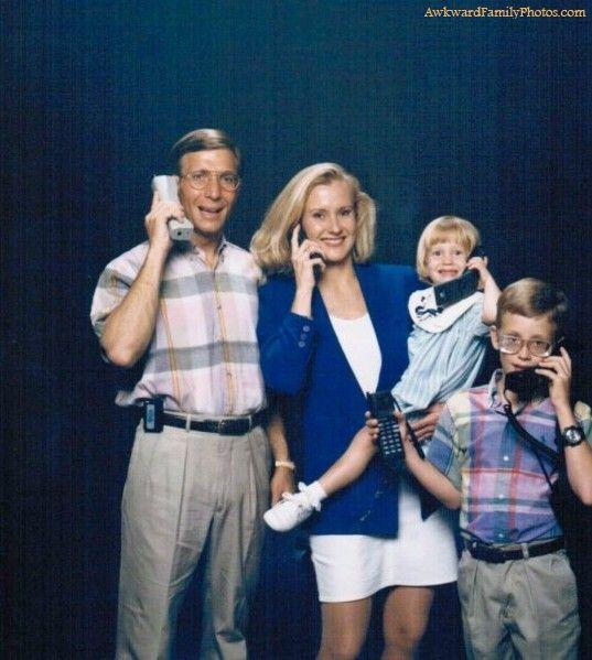 familia con telefonos