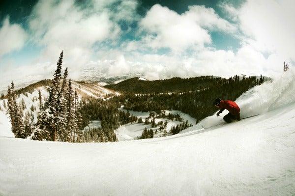 chico con tabla de snow en Salt Lake City, Utah