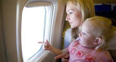 Consejos para viajar en avión con bebés de 0 a 12 meses