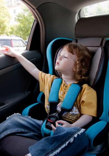 niños de viaje en coche