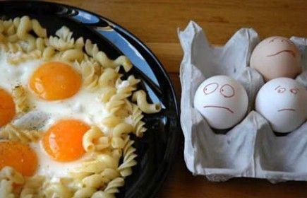 huevos mirando un plato hecho con huevos