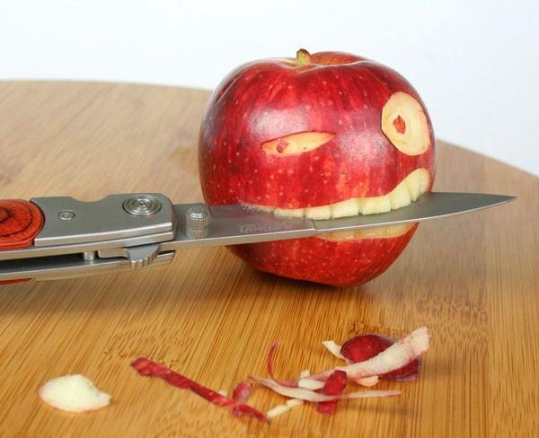manzana con cuchillo en la boca