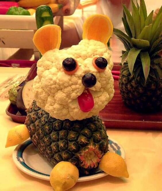 perro hecho con coliflor y piña