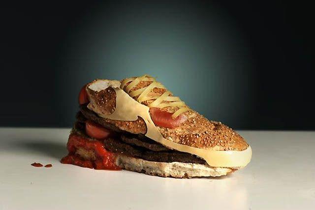 zapatilla hecha con hamburguesas