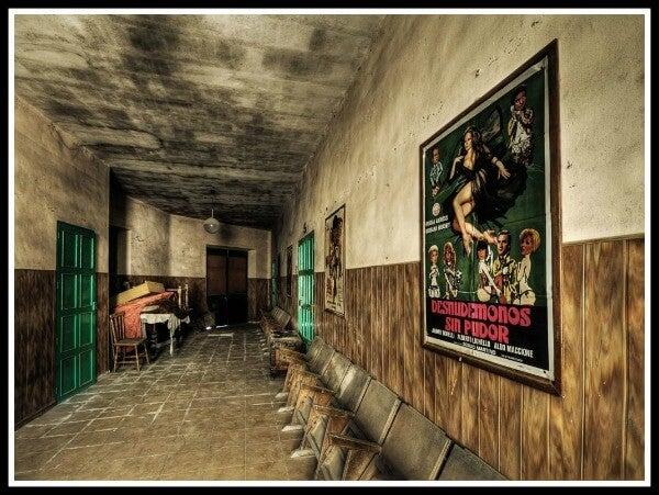 Cine de pueblo abandonado