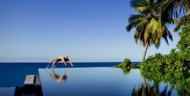 14 fotograf as de las piscinas infinitas m s impactantes for Follando en la piscina del hotel