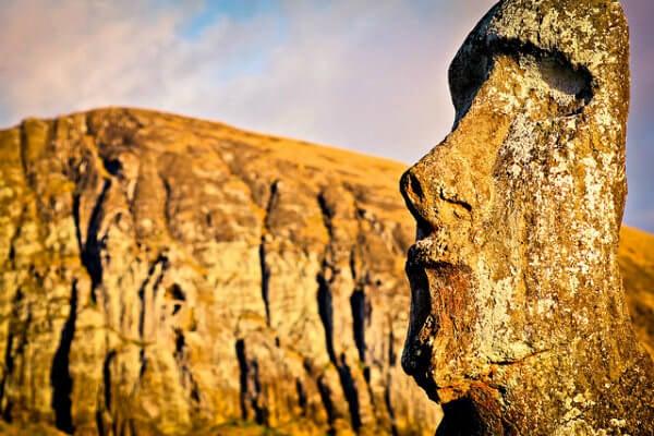 Descubre los lugares más románticos del mundo. estatua moai en la isla de pascua