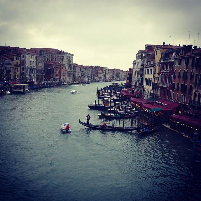 canales de venecia al anochecer