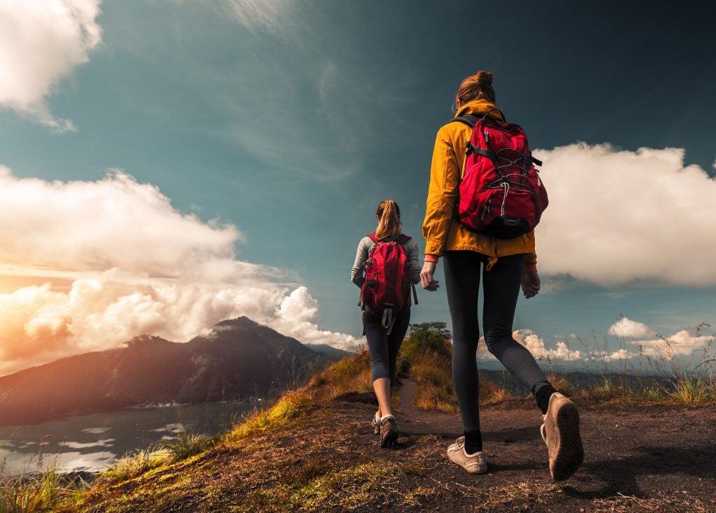 viajeras haciendo trekking