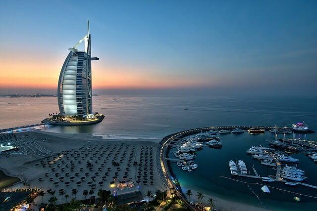 Panorámica con el hotel Burj Al Arab en Dubái