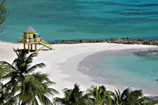 playa de arena blanca en barbados