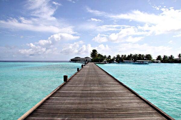 pasarela de madera en las maldivas