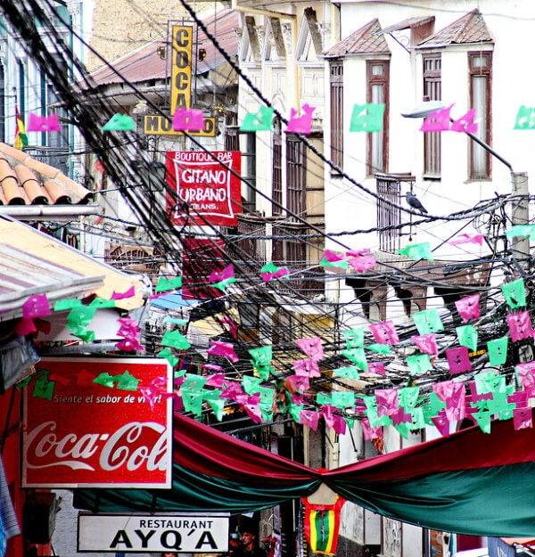 calle con banderolas en La Paz