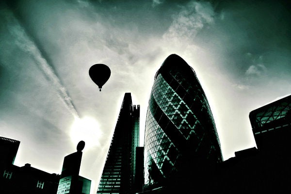 edificios y globo en el cielo de Londres
