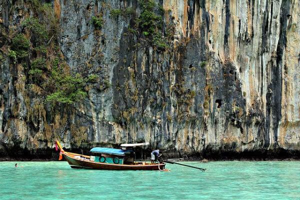 barca en las aguas de tailandia