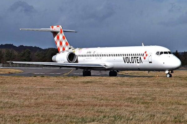 avión de volotea en la pista