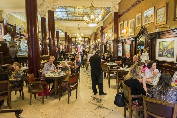 Interior del Cafe Tortoni en Buenos Aires, famoso por su vinculación a intelectuales del siglo XX