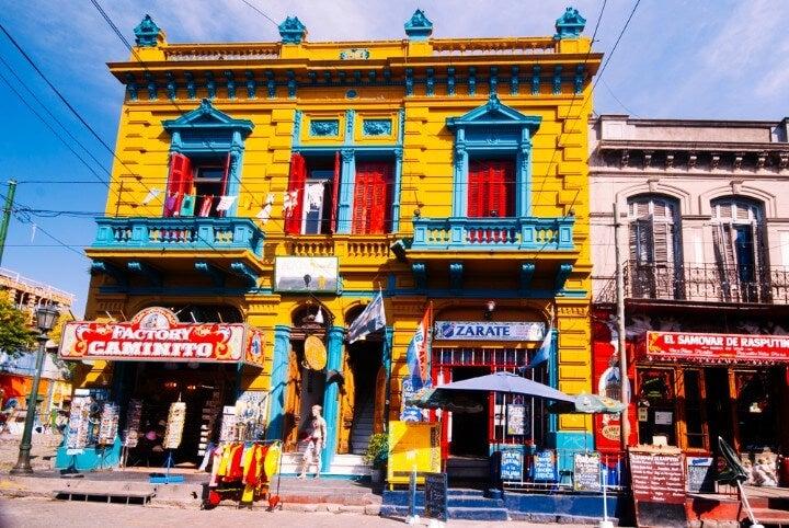 Pasaje Caminito en el barrio La Boca de Buenos Aires, famoso por sus casas de colores