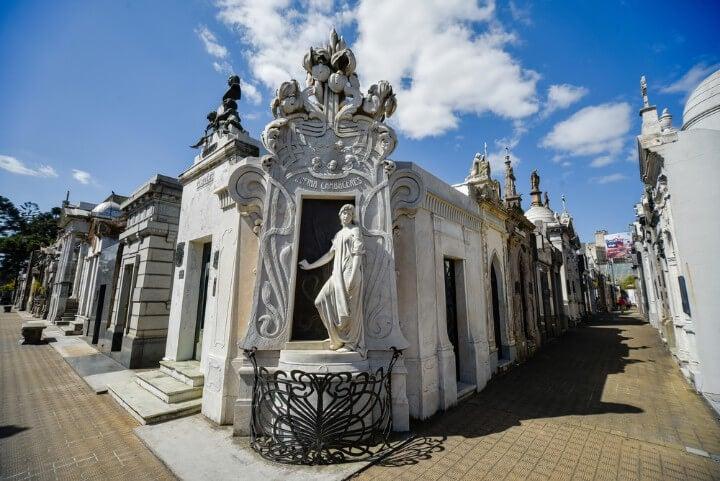 Cementerio del barrio Recoleta de Buenos Aires, conocido por sus imponentes mausoleos al aire libre