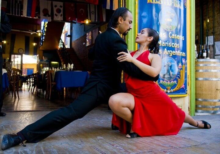 Pareja de baile ejecutando un tango en el Barrio La Boca de Buenos Aires