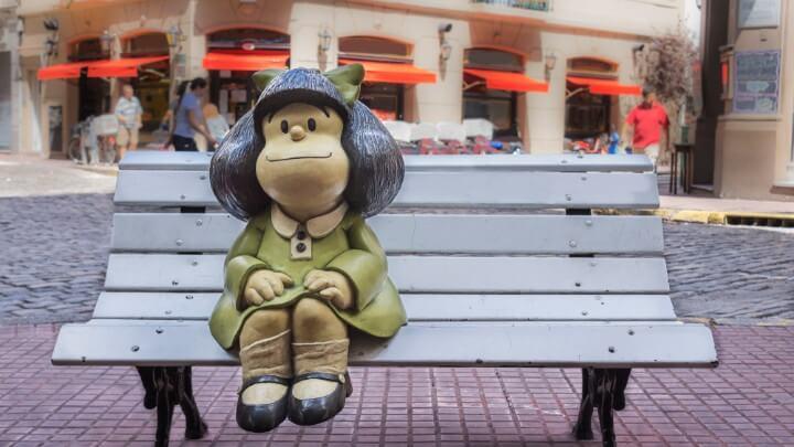 Estatua a tamaño real de Mafalda sentada en un banco en San Telmo, Buenos Aires