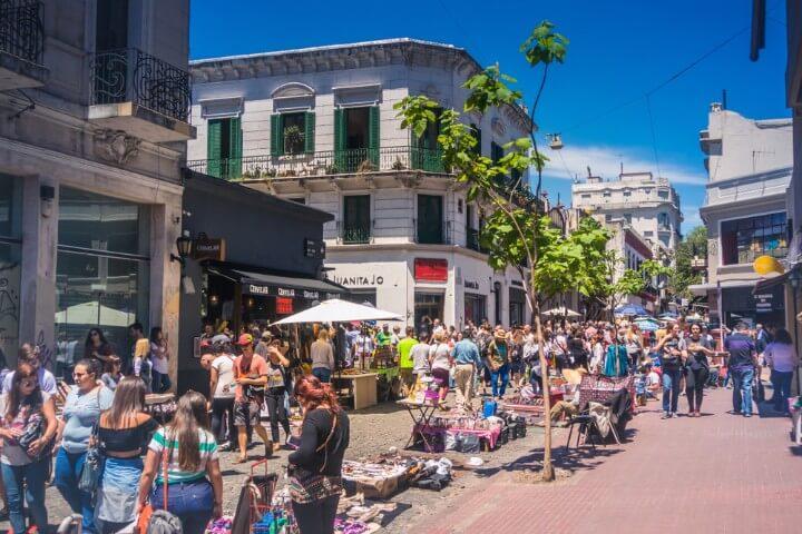 Mercado de Pulgas el fin de semana en el barrio de San Telmo