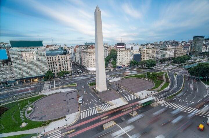 Icónico Obelisco de Buenos Aires en la Plaza de la República