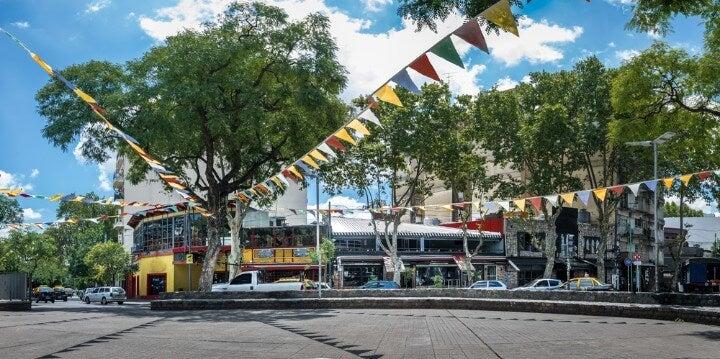Vista de la Plaza Serrano de Buenos Aires, donde los fines de semana se organiza un mercado de moda con diseñadores locales