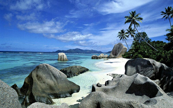 playa con palmeras y rocas en Seychelles