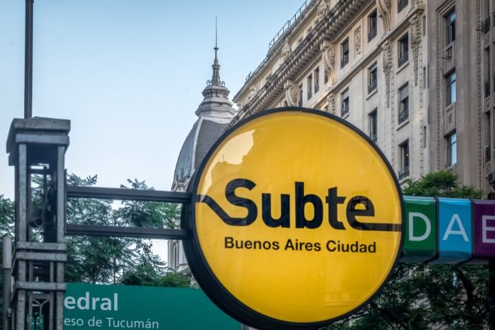 Cartel del metro subterráneo de Buenos Aires, llamado Subte