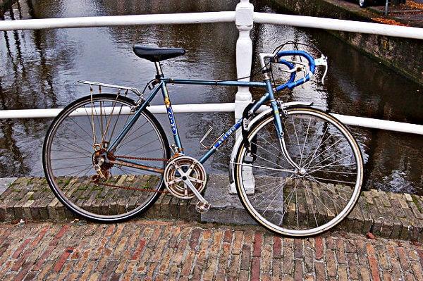 bici en uno de los canales de rotterdam