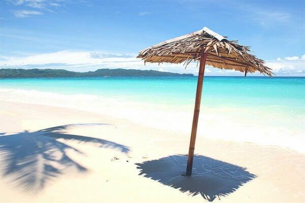 spiaggia con ombrellone nelle Filippine