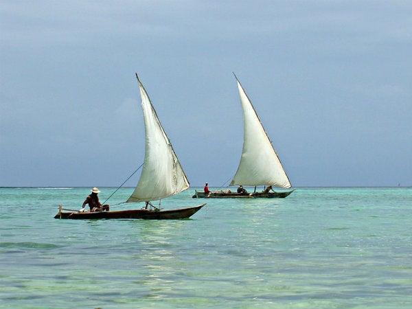 pescadores en barco en zanzibar