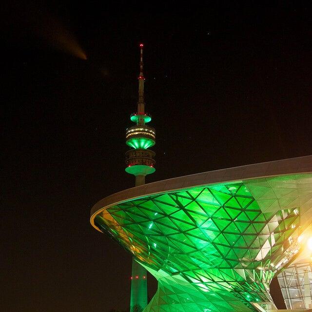 munich iluminado de verde por san patricio
