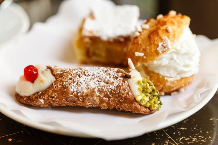 Pastas dulces típicas italianas, entre ellas los canoli