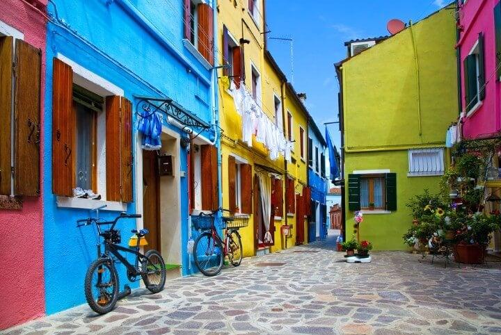 Calle de la Isla de Burano en Venecia con las fachadas de colores