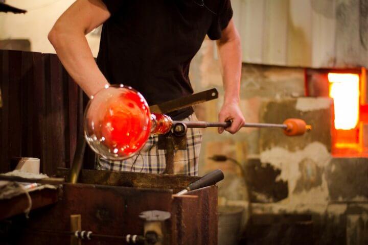 Artesano modelando cristal en la isla de Murano