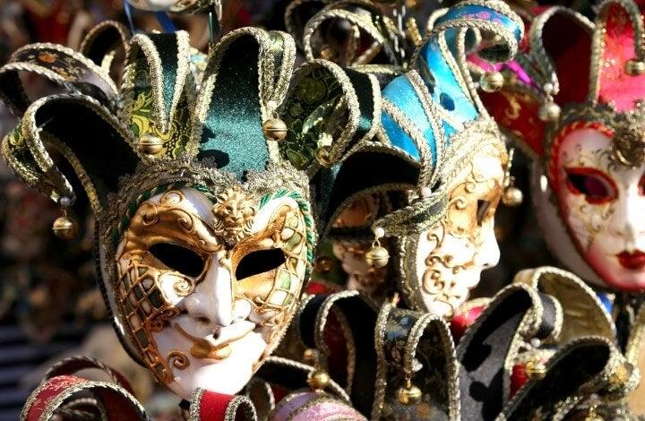 Máscaras venecianas de distintos colores en Venecia