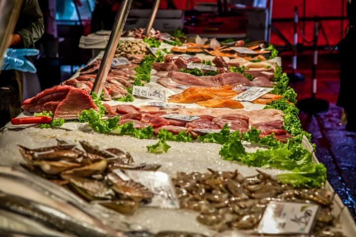Puesto de pescado en el mercado de Rialto en Venecia