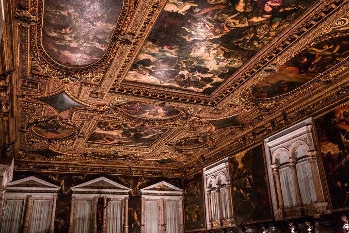 Interior de la Scuola Grande di San Rocco en Venecia con pinturas de Tintoretto