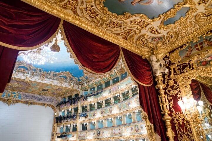 Interior del teatro de la Ópera La Fenice en Venecia