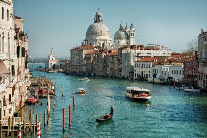 Vaporetto surcando el Gran Canal de Venecia
