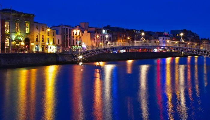 puente de dublin de noche