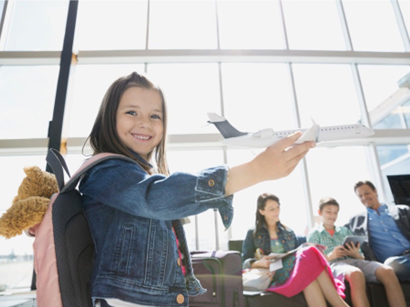 niña jugando en el aeropuerto