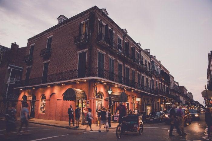 Calle de nueva Orleans al anochecer