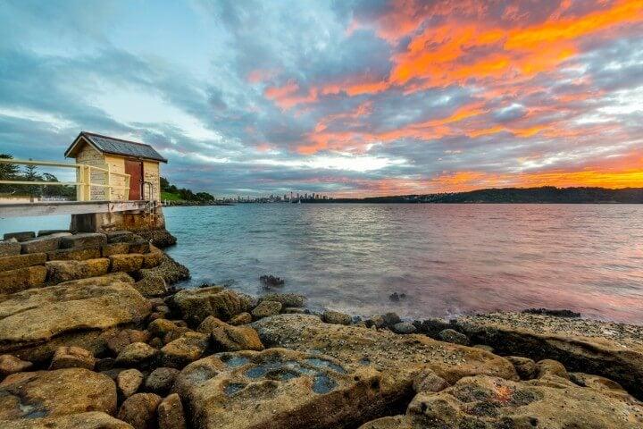 Amanecer con nubes rosas y azuladas en Watson Bay Sídney